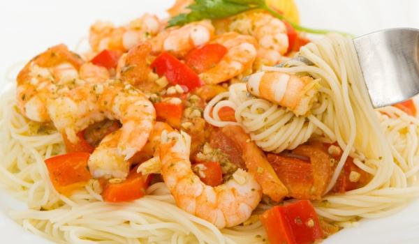 Спагети със скариди и чушки