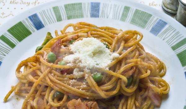 Спагети с гъби, бекон и грах