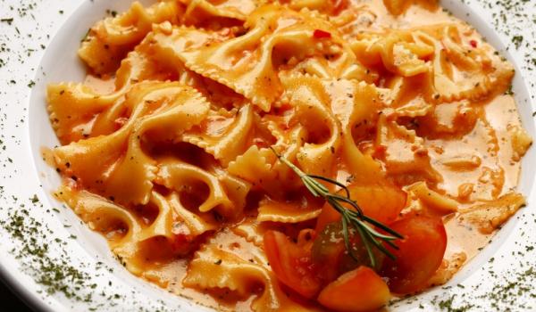 Фарфале с домати и сметана