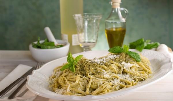 Спагети със сос от сирене и босилек