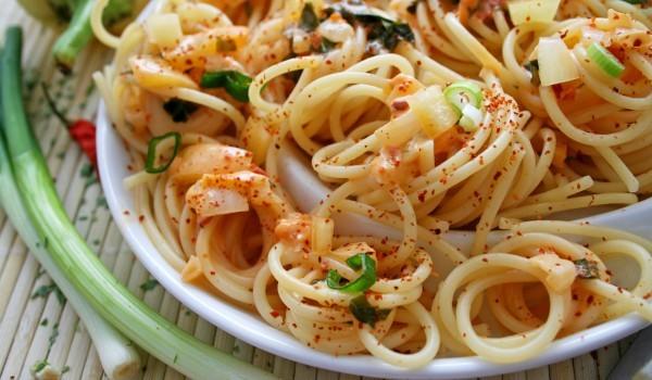 Спагети с бекон и лук