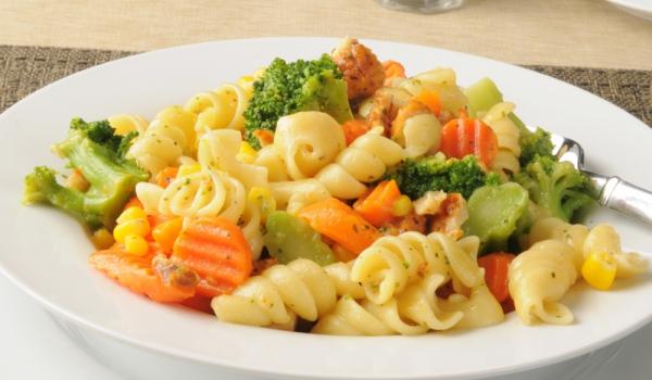 Салата с макарони, броколи и царевица
