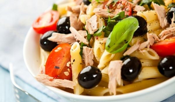 Салата с макарони и риба тон