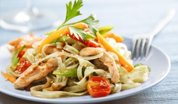 Италианска салата със спагети и пилешко