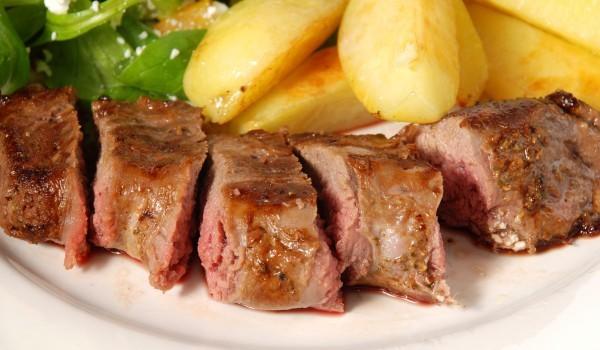 Ярешко месо с картофи на фурна